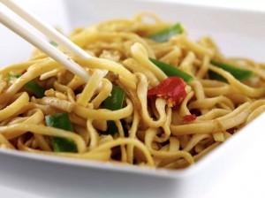 wok de verduras y tallarines